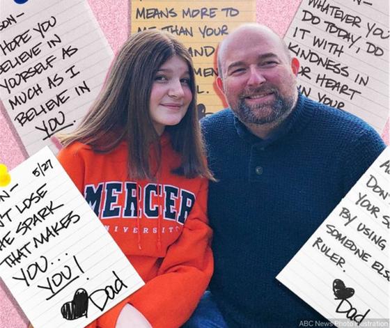 크리스 옌들(오른쪽)과 딸 애디슨. 크리스는 학교 적응에 어려움을 겪는 딸을 위해 용기를 주는 쪽지를 4년간 매일 딸의 도시락 가방에 넣어줬다. [크리스 옌들 트위터 캡처]