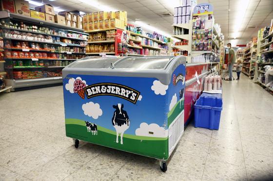 미국 아이스크림 회사가 이스라엘의 요르단강 서안지구 점령을 문제삼아 계약 갱신을 중단한다고 선언해 파장이 일고 있다. 사진은 요드단강 서안지구 한 상점의 벤앤제리 아이스크림 냉장고. 로이터=연합뉴스