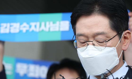 '드루킹 댓글 여론 조작' 사건에 연루돼 징역 2년이 확정된 김경수 경남지사가 21일 경남도청에서 입장 표명 중 생각하고 있다. 연합뉴스
