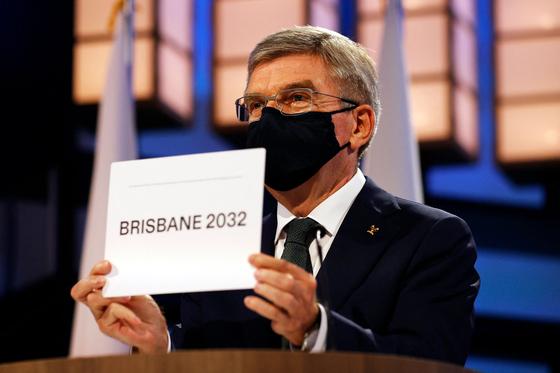 토마스 바흐 IOC 위원장이 2032년 올림픽 개최지가 브리즈번으로 결정됐음을 알리고 있다. [AFP=연합뉴스]