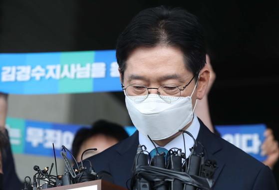 '드루킹 댓글 여론 조작' 사건에 연루돼 징역 2년이 확정된 김경수 지사가 21일 경남도청에서 입장 표명 중 생각하고 있다. 연합뉴스