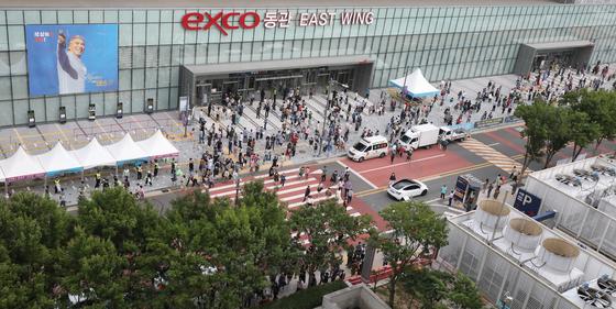18일 오후 대구 북구 엑스코(EXCO) 동관에서 열린 '나훈아 AGAIN 테스형' 대구 콘서트 마지막 날 일요일 낮 공연이 끝나자 관람객들이 빠져나오며 출구 주변이 북새통을 이루고 있다. 뉴스1