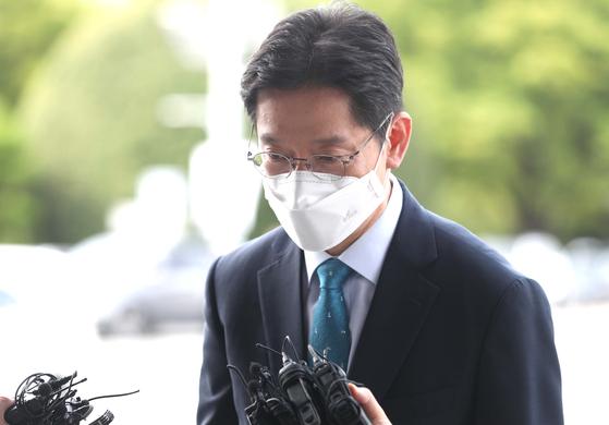 '드루킹 댓글 조작' 사건에 연루된 혐의로 기소된 김경수 지사가 대법원 선고일인 21일 경남도청으로 출근하며 취재진 질문에 답하고 있다. 연합뉴스