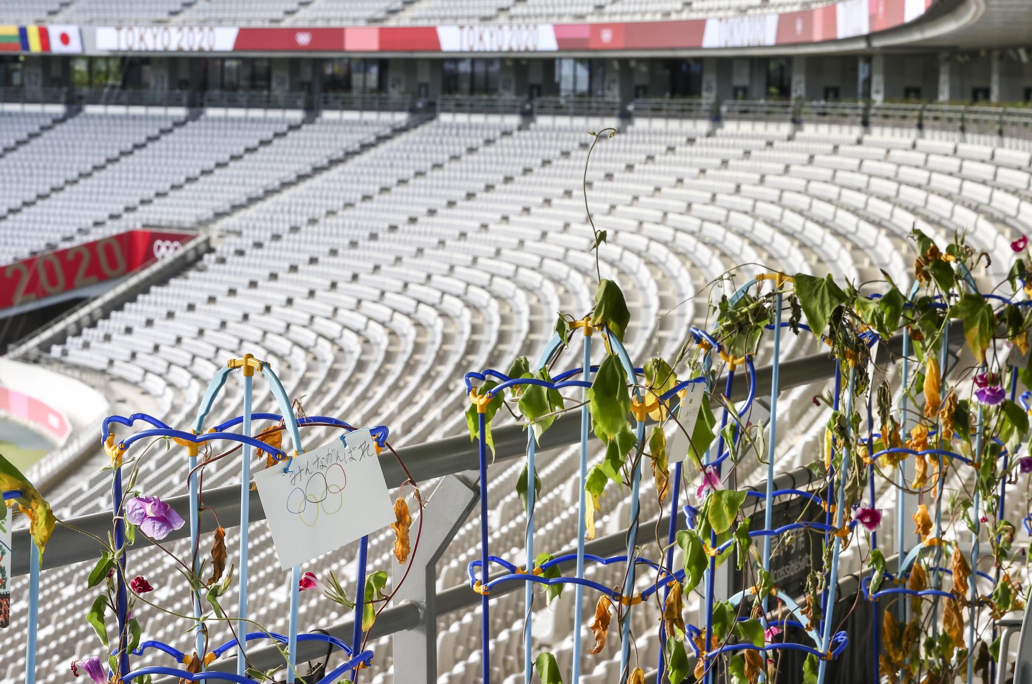 도쿄 올림픽 개막을 이틀 앞둔 21일 오후 도쿄스타디움에서 무관중으로 열린 여자축구 스웨덴 대 미국 경기. 시들어가는 식물 뒤로 텅 빈 좌석이 보인다. 연합뉴스