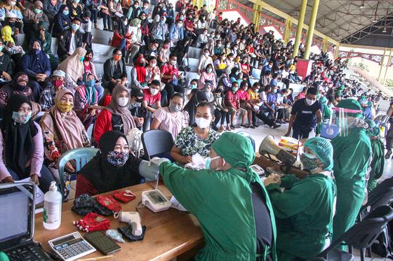 지난달 26일 인도네시아 중앙칼리만탄 주 팔랑카라야의 코로나19 백신 대량 접종소. 로이터=연합뉴스