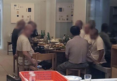 지난 19일 전남 해남군 한 유명 사찰 소유 숙박시설에서 술과 음식 먹는 승려들 모습. 연합뉴스
