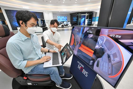 현대모비스 연구원이 뇌파 측정 기반 운전자 모니터링 시스템 '엠브레인'을 시험하고 있다.사진 현대모비스