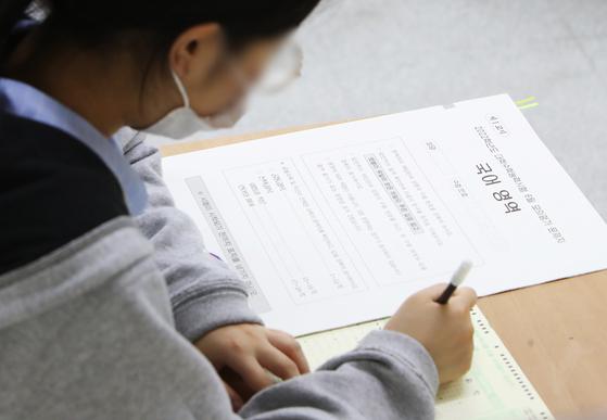 지난달 3일 오전 경기도 수원시의 한 고등학교 3학년 교실에서 학생이 시험 시작을 기다리고 있다. 연합뉴스