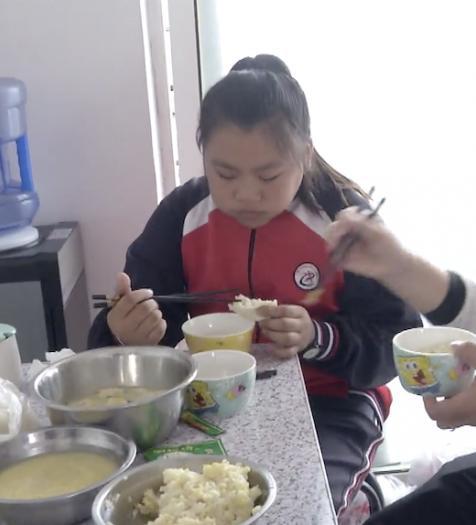 중국 12세 소녀 왕안팅(王婉婷)은 혈액 질환을 앓는 엄마에게 조혈모세포를 기증하기 위해 매 끼니 식사량을 늘려 한 달에 10kg을 증량했다. [시나망]