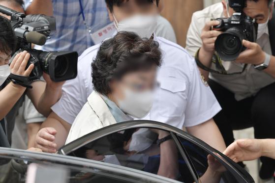 윤석열 전 검찰총장의 장모 최모씨가 2일 선고공판이 열리는 경기도 의정부지법에 들어가고 있다. 뉴스1