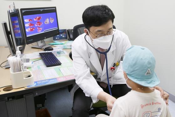 고경남 서울아산병원 소아청소년종양혈액과 교수가 간모세포종을 앓고 있는 환아를 진료하고 있다.