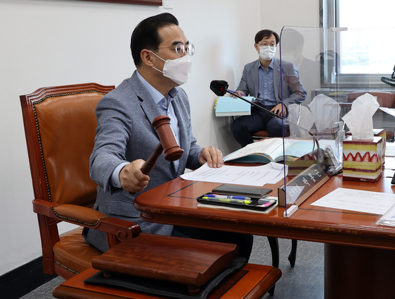 박홍근 예결위원장이 22일 열린 소위에서 의사봉을 두드리고 있다. 임현동 기자