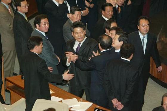 김남국 더불어민주당 의원은 2004년 3월 당시 노 대통령 탄핵소추안이 상정됐던 국회 본회의장 상황을 찍은 사진을 공개했다. 사진 SNS 캡처