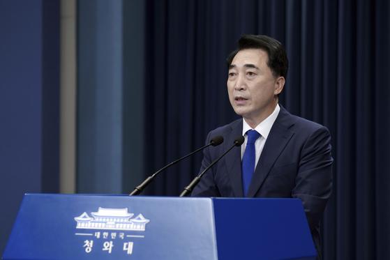 박수현 청와대 국민소통수석이 지난 19일 오후 문재인 대통령의 방일 관련 브리핑을 하고 있다. [사진=청와대 제공]