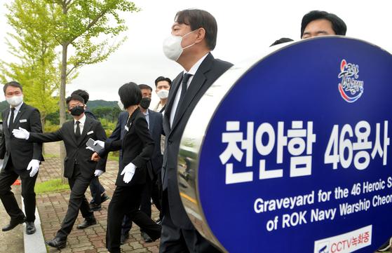 윤석열 전 검찰총장이 6일 오전 국립대전현충원 천안함46용사 묘역을 참배한 뒤 한주호 준위 묘소로 이동하고 있다. 프리랜서 김성태