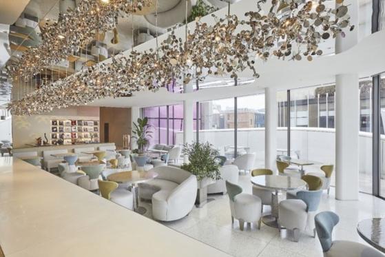 디올은 2015년 청담동 매장 5층에 '카페 디올'을 열었는데, 본업인 디올 매장 보다 화제를 모았다. 사진 디올