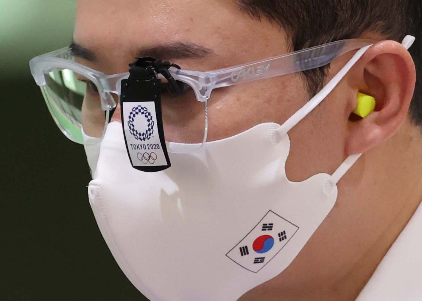 도쿄올림픽을 앞둔 진종오가 마스크를 쓴채 훈련하고 있다. [사진 올림픽사진공동취재단]