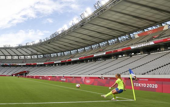 올림픽 개막을 이틀 앞둔 21일 오후 도쿄스타디움에서 무관중으로 열린 여자축구 스웨덴 대 미국 경기에서 스웨덴 아슬라니가 코너킥을 하고 있다. 연합뉴스