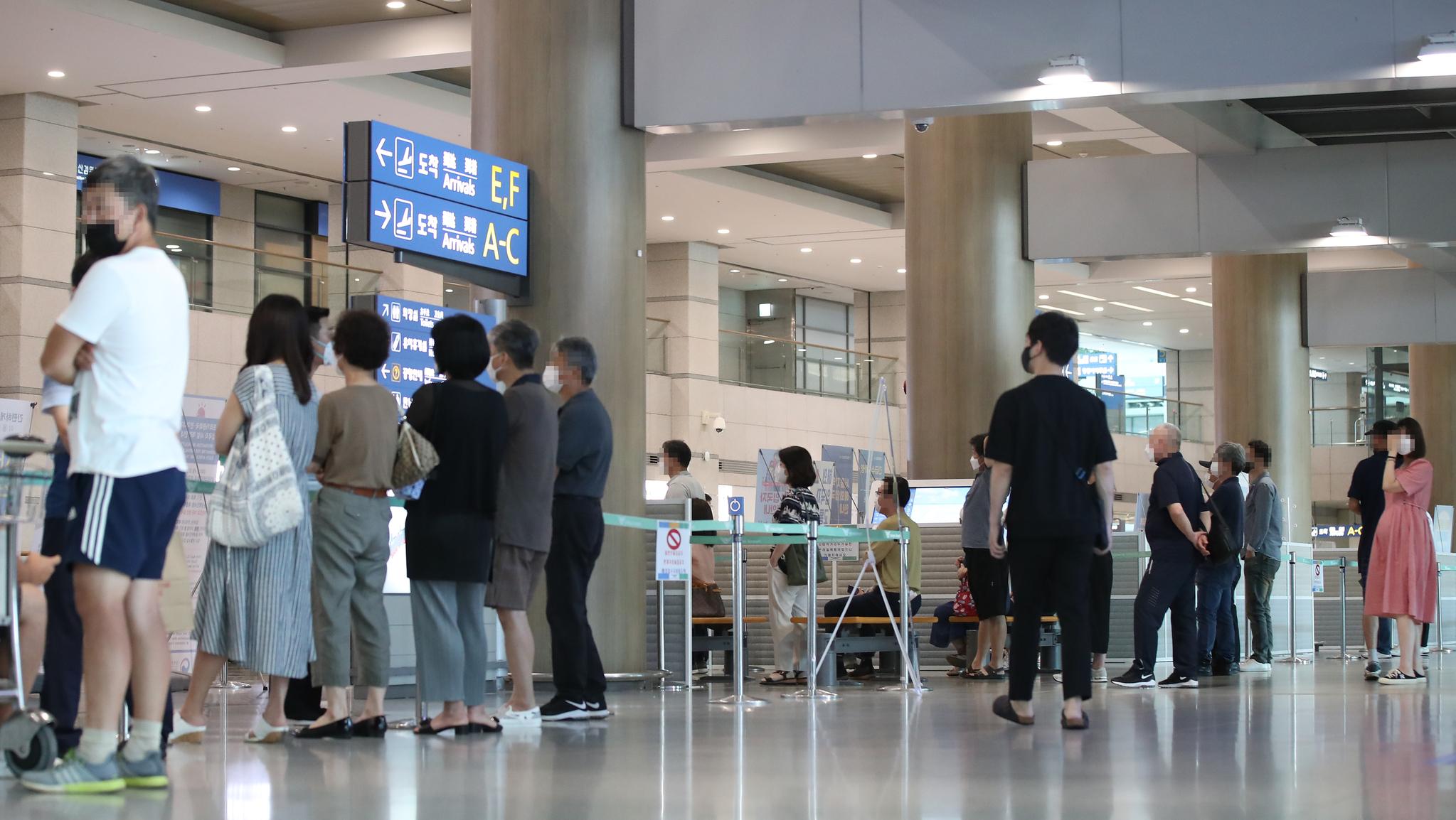 지난 2일 인천국제공항 제2터미널에서 시민들이 입국하는 지인 및 가족을 기다리고 있다. 연합뉴스