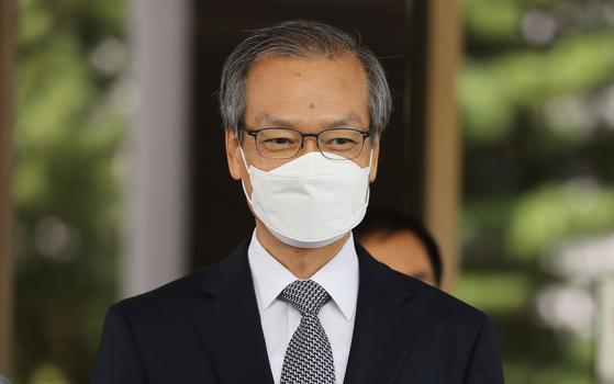 '드루킹 댓글조작' 사건 수사와 공소유지를 맡아온 허익범 특별검사가 21일 서울 서초구 대법원 앞에서 김경수 경남지사에 대한 대법원 판결과 관련해 입장을 밝히고 있다. 뉴스1