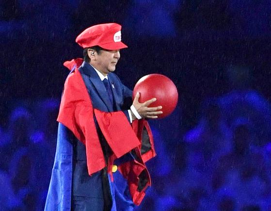 2016년 브라질 리우올림픽 폐회식에 수퍼 마리오 복장을 하고 등장한 아베 신조 일본 전 총리. [AP=연합뉴스]