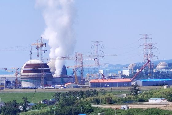 화재가 발생해 고장 정비에 들어갔던 신고리 원전 4호기가 최근 재가동을 시작했다. 사진은 화재가 발생해 터빈이 정지한 신고리 4호기에서 연기가 퍼지는 모습. 연합뉴스