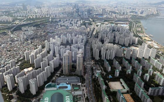 21일 서울 송파구 롯데월드타워 서울스카이에서 찍은 서울 시내 아파트 단지. 2021.7.21/뉴스1