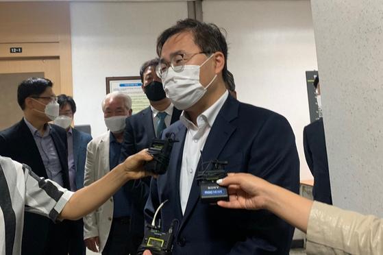 22일 오전 대구 수성구 대구지법에서 홍석준 국민의힘 의원이 재판에 대한 소감을 전하고 있다. 김정석 기자