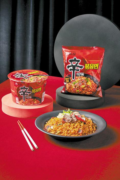 '신라면볶음면'은 한국인이 좋아하는 신라면의 매운맛을 볶음면으로 새롭게 해석한 제품이다. 고추 이외에도 후추 등 다른 재료를 함께 사용해 맛있는 매운맛을 구현하고, 볶음면 특유의 감칠맛을 살렸다. [사진 농심]