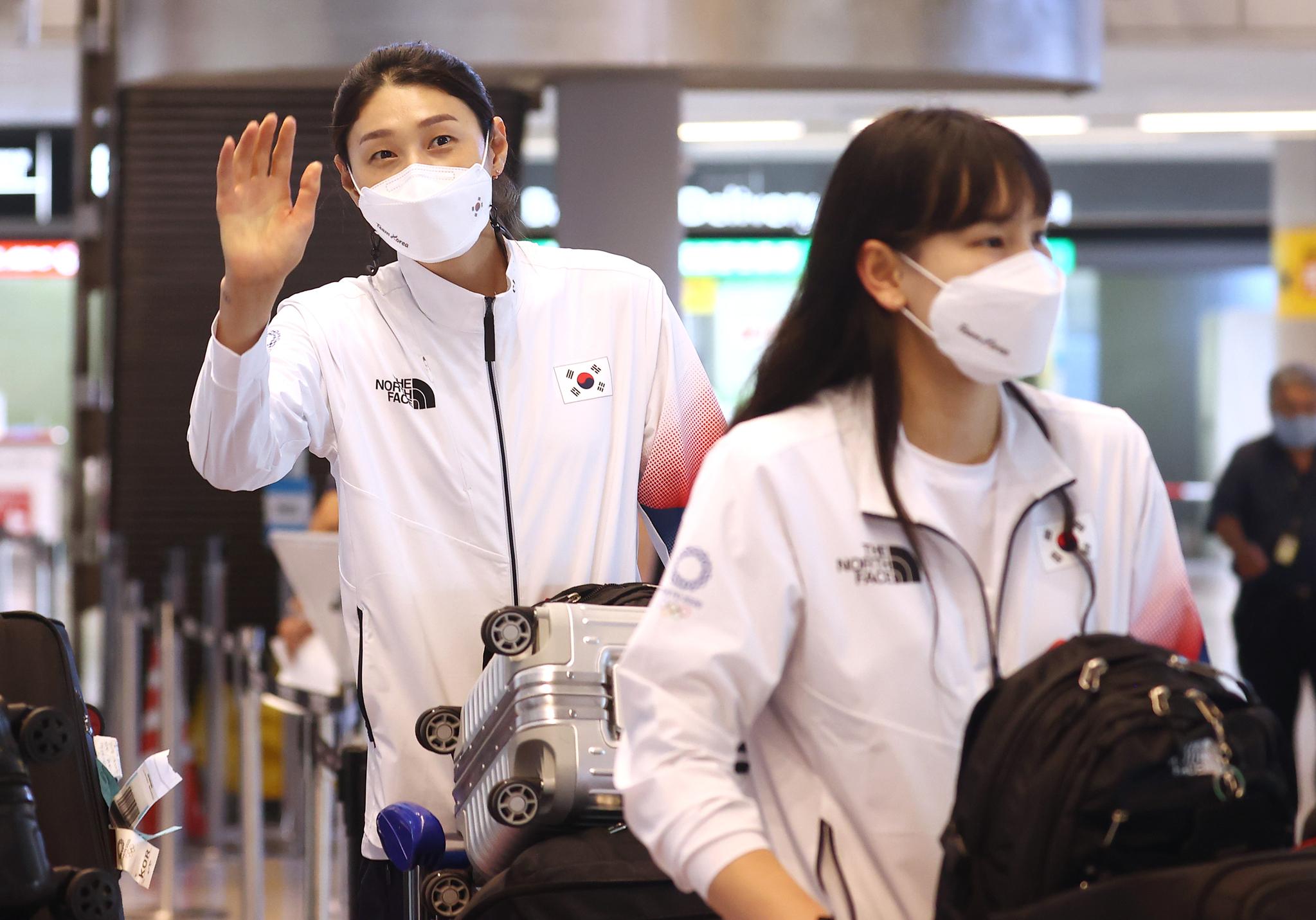배구 국가대표 김연경 등 선수들이 20일 도쿄올림픽 출전을 위해 나리타 국제공항으로 입국하고 있다. 연합뉴스