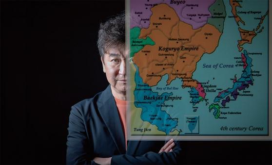 """김진명 작가는 """"고구려의 시대는 한민족이 중국을 앞섰던 거의 유일했던 시기""""라고 말했다. 한국이 경제적으로 번영할수록 정체성 찾기 열망은 커질 것이라고 그는 믿는다."""