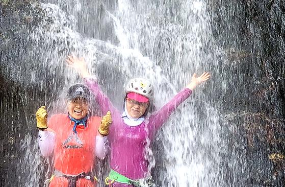 서울지역 낮최고 기온이 35도를 기록한 22일 한 여성이 강원도 철원군 매월대 폭포수를 맞으며 더위를 식히고 있다. 김상선 기자