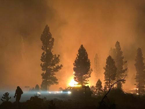 17일(현지시간) 미 오리건주 남부에서 발생한 부트레그 화재 현장에서 소방관들이 진화 작업을 벌이고 있다. [EPA=연합뉴스]