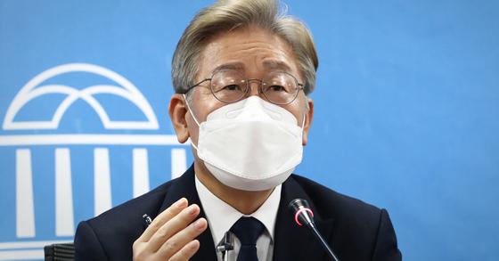 이재명 경기도지사가 22일 국회 의원회관 영상회의실에서 화상으로 정책공약 기자간담회를 하고 있다. 연합뉴스