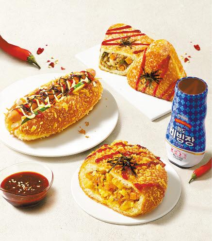 파리바게뜨가 MZ세대를 겨냥해 '팔도 비빔빵' 3종을 출시했다. 비빔면 대표 브랜드인 팔도와의 협업으로 탄생한 제품으로, 맛과 재미를 모두 잡았다는 평가를 받는다. [사진 파리바게뜨]
