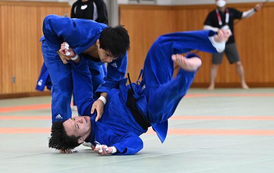 안창림(왼쪽)이 22일 고도칸 유도훈련장에서 연습 경기를 하고 있다. [올림픽사진공동취재단]