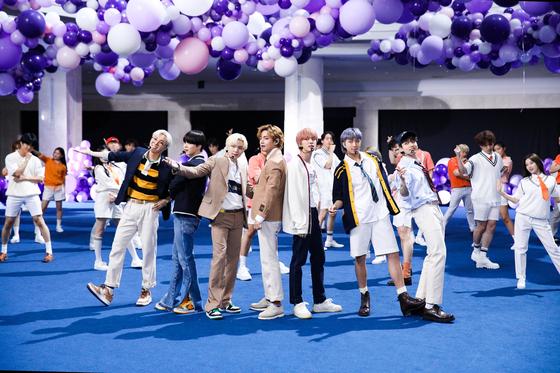 14일 '더 투나잇 쇼 스타링 지미 팰런'에서 '퍼미션 투 댄스'를 선보인 방탄소년단. 사진 NBC