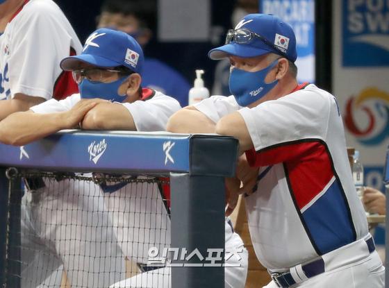 김경문감독이 이끄는 2020도쿄올림픽 야구대표팀이 24일 오후 서울 고척스카이돔에서 LG 트윈스와 평가전을 펼쳤다. 대표팀 김경문감독이 경기를 지켜보고있다. 고척=정시종 기자