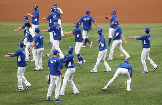 도쿄올림픽 야구대표팀이 21일 오후 서울 구로구 고척스카이돔에서 열린 훈련에서 스트레칭을 하고 있다. [연합뉴스]