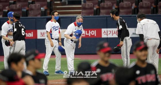 김경문 감독이 24일 고척돔에서 열린 LG와 평가전을 마친 뒤 인사하고 있다.