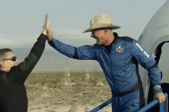 우주여행은 다녀왔지만…베이조스, 우주비행사 인정 못 받을 듯