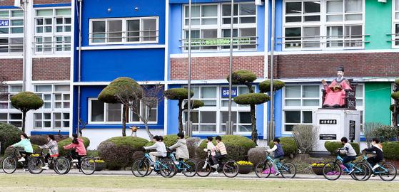 전남 화순의 한 초등학교 학생들이 자전거를 타고 교정을 지나가고 있다. 프리랜서 장정필