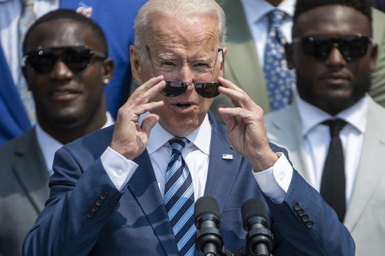 조 바이든 미국 대통령이 20일 백악관에서 수퍼보울 우승팀인 탬파베이 부커니어스를 초대해 축하인사를 하고 있다.[EPA=연합뉴스]