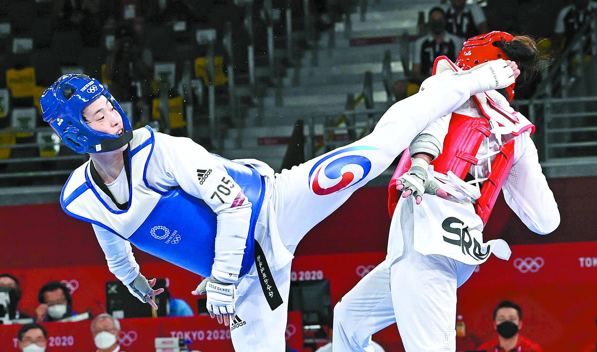 27일 일본 마쿠하리 메세홀에서 열린 도쿄올림픽 여자 태권도 67㎏ 초과급 결승에서 한국 이다빈(왼쪽)이 세르비아 밀리차 만디치와의 경기에서 발차기를 하고 있다. 도쿄 올림픽사진공동취재단