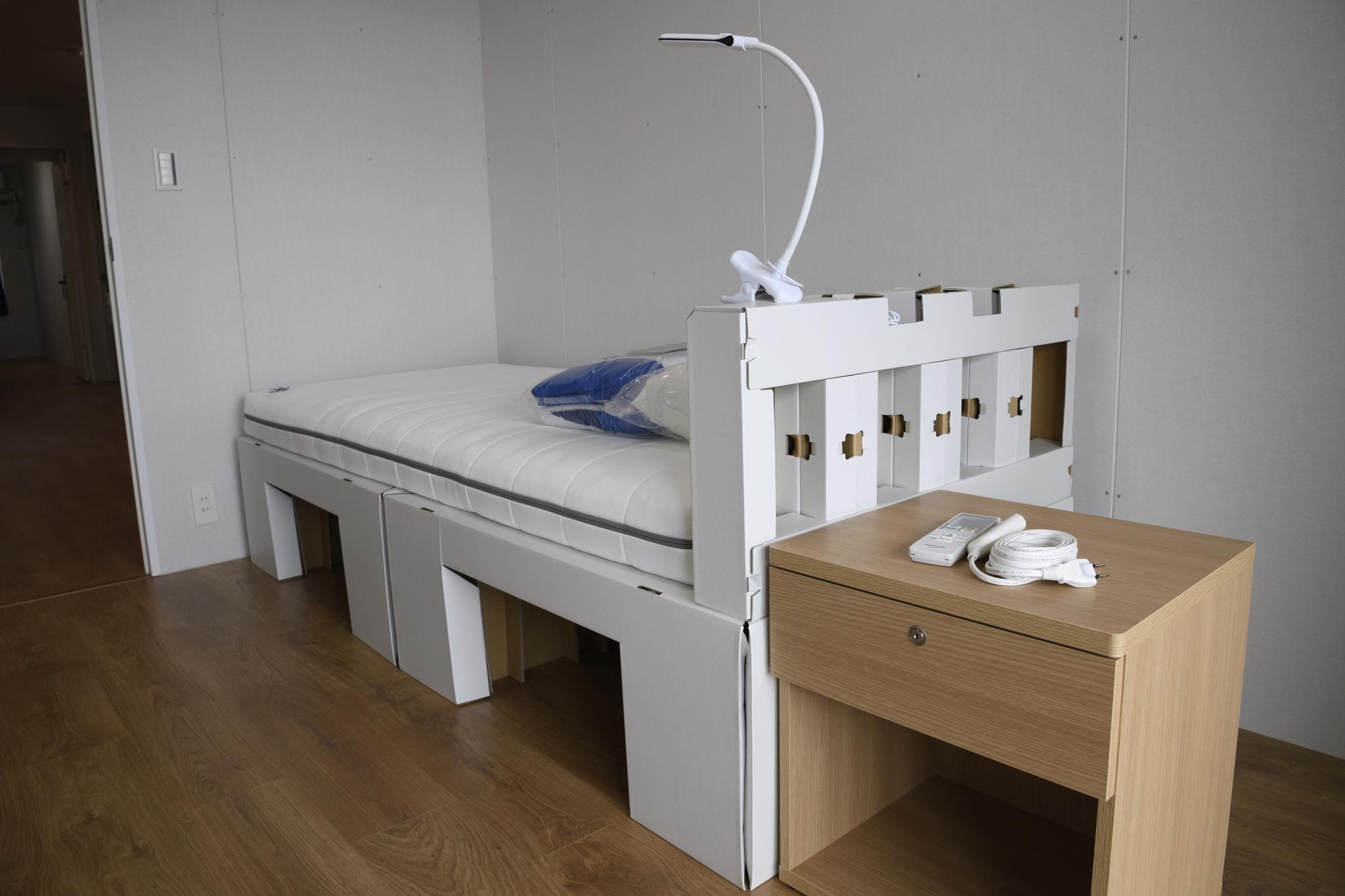일본 도쿄도 하루미 지역 내에 위치한 도쿄올림픽·패럴림픽참가 선수들을 위한 선수촌 내부. 골판지로 만든 침대의 모습. AP=연합뉴스