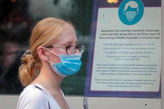 """美 """"바이러스가 진화했다, 백신 접종자도 다시 마스크 써라"""""""