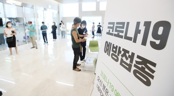 만 55~59세(1962~1966년생)에 대한 코로나 19 백신 접종이 시작된 26일 오전 서울 강서구의 한 위탁의료기관을 찾은 시민들이 백신 접종을 위해 대기하고 있다. [연합뉴스]
