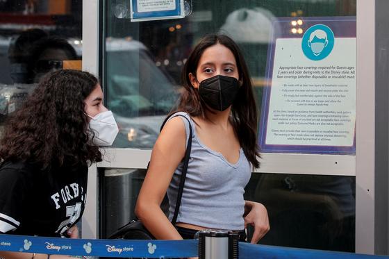 지난 27일 미국 뉴욕 타임스스퀘어에서 시민들이 마스크를 쓰고 걸어가고 있다.[로이터=연합뉴스]