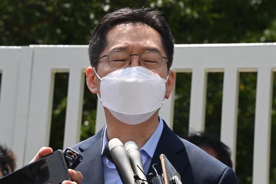 드루킹 댓글 여론조작 사건으로 대법원에서 징역 2년이 확정된 김경수 전 경남도지사가 지난 26일 오후 경남 창원교도소 앞에서 재수감을 앞두고 입장을 밝히고 있다. 송봉근 기자