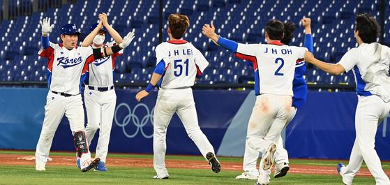 양의지(왼쪽)의 몸에 맞는 공으로 끝내기 승리를 거둔 뒤 환호하는 한국 야구대표팀 [요코하마=올림픽사진공동취재단]